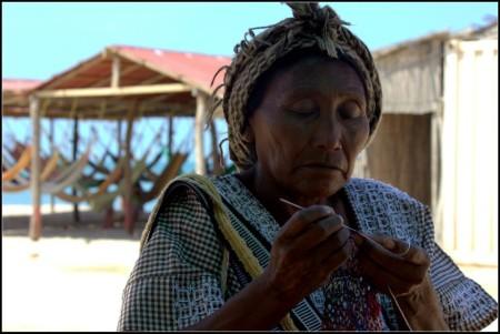 Mujeres Wayúu tejiendo (1)