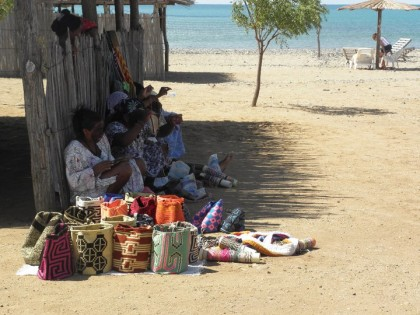 Mujeres Wayúu tejiendo (4)